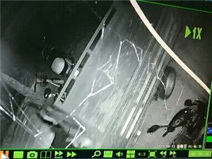 猖狂的小偷于8月10�凌晨1�c16分�男虐�羌t�G�艮D���推著一�v�{色�w肯三�摩托�往恒福商�沾�B方向