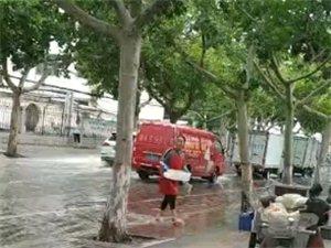 这是哪家饭店?怎么可以用雨水洗餐具,你胆子够大啊!