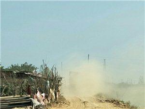 弋阳办事处罗新楼村何营小队毁坏耕地卖土方,一年多毁坏耕地几十亩,拉土车一路扬尘满天,严重毁坏生态环境