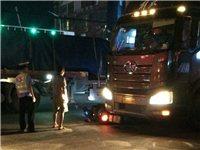 惊险!潢川七中转盘又一起车祸,电瓶车卡在大货车车底....
