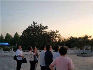 大众日报社杨主任一行在周恩来纪念园(滨州)参观瞻仰活动,他(她)们向周恩来骨灰撒放地纪念碑三鞠躬,并