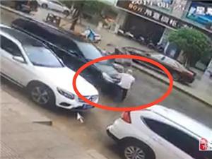 城北新区出车祸,一男子被撞飞,如此残忍,真是让人心痛不已!