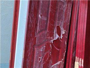 现有一批成品实木复合门低价出售,地址水晶工业园区路口处贵康门业,有意者请联系17881290832