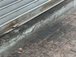 合江长江路段90几号多段街道,地上石块全是活动的,行人路过经常出现下面溅出脏水,楼下底商饭店到处出现