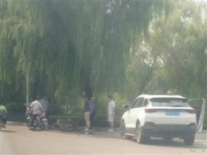 沂河山庄路口摩托车和suv怼了一下