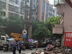 明星大厦楼上装修人行道乱倒建筑垃圾,堆在卖摩托车门市门口,城管的来了3次了还在倒。