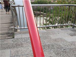 滨江公园吊桥少了一颗螺?#39063;叮?#26377;关部门请注意!