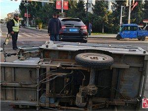 今早五点半左右在中心路与建设大街路口发生一起交通事故。