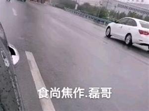 接微友爆料,今天上午在焦作丰收路和孙村路口,也就是待王村一直往南那条路,发生一起惨烈车祸,一辆大卡车