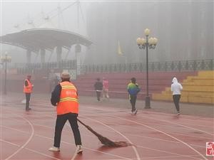晨雾中的环卫工人