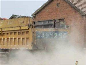 新一中往东韩庙村拉料大车像沙尘暴一样。严重影响居民生活