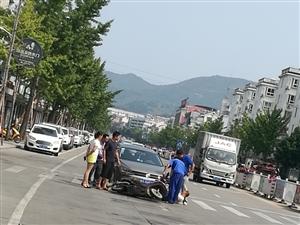 上午十点多,骑车从京九路上回家,突然前面的一辆黑色小车停了下来,我从黑色小车右边经过的时候,才发现一