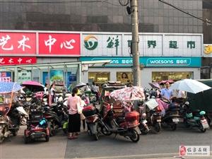 临泉万泉购物广场门口,每天都在乱停乱放