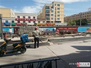 步行街中段施工无安全措施。