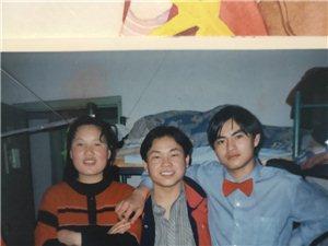 �ふ�20多年前的朋友,照片中�g的�@位,叫�K明,有�J�R的�W友朋友���兔α粢庖幌拢�在�@里�o各位敬�Y了。