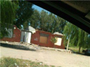 黄河四桥建设征用的土地已?#33539;ǎ?#22303;地上的建筑物正在拆除中。