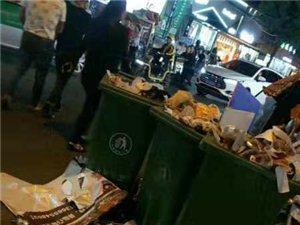 霍邱好又多对面沿街商铺门口垃圾成堆,没人管理?