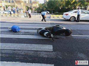 今天早上七点钟左右在爱涛小区右边马路小轿车碰到电瓶�,人己受伤,送往医院。这是我在马路上,散步看见的