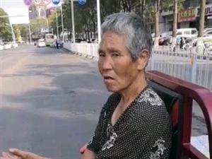 新东丁字路口,一位老太太骑着三轮车堵路,原因不明现已报警…