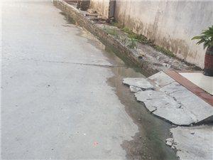 大地小区东边(大众酒家后面)的街道,因为下水道堵塞了,上边的下水道的污水往路面流,已经很久了,没有得