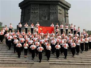 2019年9月28日,出水芙蓉旗袍队组织学员在孔子公园开展走秀活动,庆祝建国70周年华诞,近百名出水