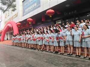 新亚商厦升国旗奏国歌欢庆祖国70年华诞