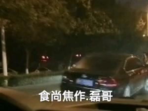 【食尚焦作.磊哥】网友爆料:焦东路住房公积金北,一辆私家车怼上了隔离护栏…