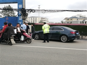 迎宾馆中段一辆奔驰发生车祸