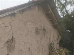这样的房子还能住嘛,现在霍邱县领导下来检查,村里让他她们搬走,领导走后还要回来,这就是村里的干部腐败