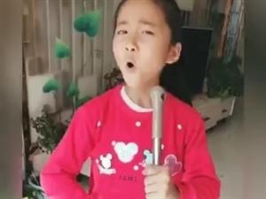 �@小女孩太有才了,唱出大家的心�。