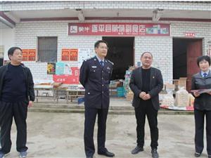 澳门金沙网址站县公安局局长刘雪岭在结对帮扶的贫困村度过全国扶贫日