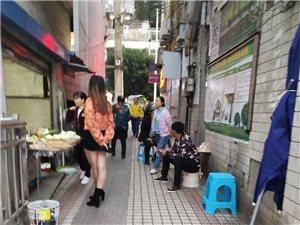少岷广场小路口乱摆摊点,还有一住户还拿住房改成小商店卖串串,特别是星期六和星期天人又多过都过不了,外