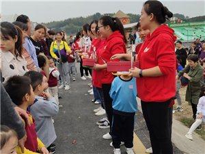 10月25日幸福�r光,喜羊羊,小英旗幼��@在山�蚺e行了大型�H子健康�R拉松活��