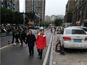 �|林街道�k事�大�T外,�y停汽�占了人行道和盲道,行人被迫逼上�涡械溃�很不安全,太�p�f盛文明城市形象,