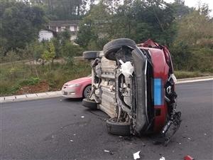 桑河路口,一辆红色小汽车侧翻……