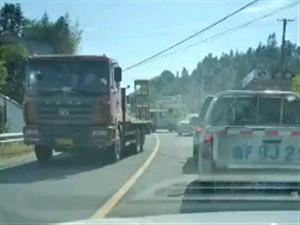 寻乌发生一起货车相撞事故,车辆严重变形,碎片满地!