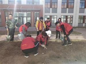 10月4日,莱阳市梨乡星爱心公益发展中心到文昌小学开展献爱心公益活动,为学校义务种植牡丹花,受到学校