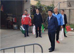11月4日上午,阜阳市红会常务副会长李德杰、专职副会长宋萍一行到临泉滑集镇看望造血干细胞捐献者朱成学