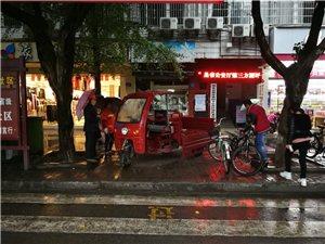 原挞子丘国税局红绿灯路口乱停乱放阻碍日常通行,环卫作业!