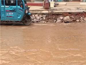 下雨后的太慈镇沈冲街道。