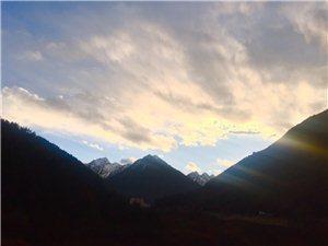 四姑娘山�(山�_)山�是那座山,�化的是那片云彩。