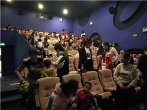 一起和孩子��看《冰雪奇�2》,很�_心的一次�^影活��!