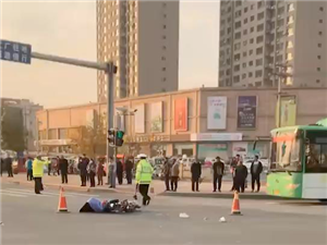 滨州汽车总站路口发生严重车祸,电动车被撞倒地不起