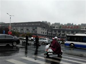 阜��城南一起��,下雨天�注意交通安全