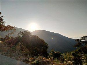 大山里的�L光