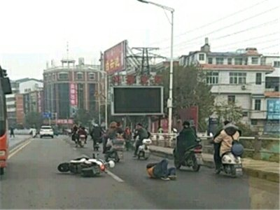 潢川新潢桥上发生一起交通事故,男子骑车重摔在地...