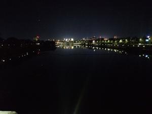 有在晚上一��人漫步�蝾^看�d��夜景的�幔�