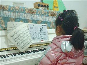 跟着孙女上钢琴课