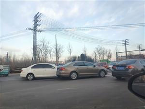 早上都赶着上班,人心惶惶的,看吧,两辆车又亲密接触了