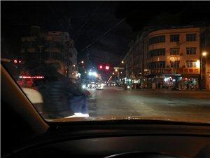 今天晚上人民大道中�t院方向�t�G�籼芍�一��人